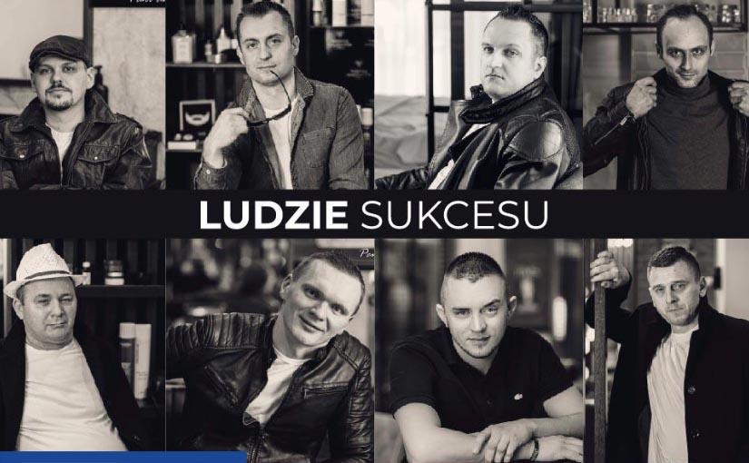 """Mozaika 8 czarno - białych portretów młodych mężczyzn. Pośrodku biały napis """"Ludzie sukcesu""""."""